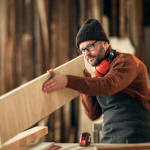 Mann bei der Holzbearbeitung