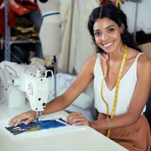Frau arbeitet an Nähmaschine